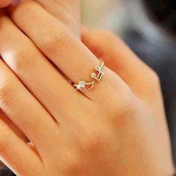 Imagen de anillo con notas musicales en extremos en dedo