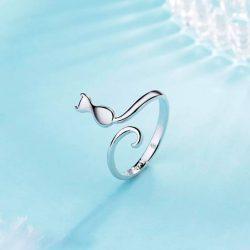 Imagen de anillo con silueta de gato y cola enrosacada en dedo