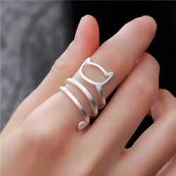 Imagen de anillo con silueta de gato con cola enroscada con varias vueltas en dedo