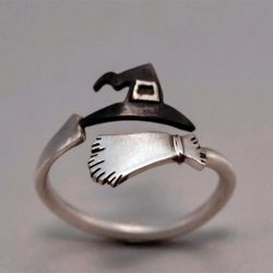 Imagen de anillo con sombrero y escoba de bruja enroscado en dedo