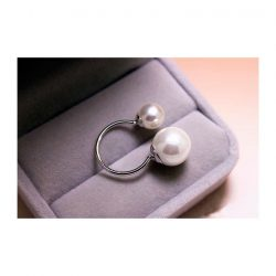 Imagen de anillo con terminaciones en simil perla de distintos tamaños
