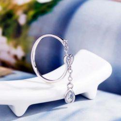 Imagen de anillo en forma de corazon con cadenita